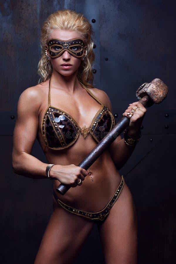 Ung stark kvinna royaltyfri bild