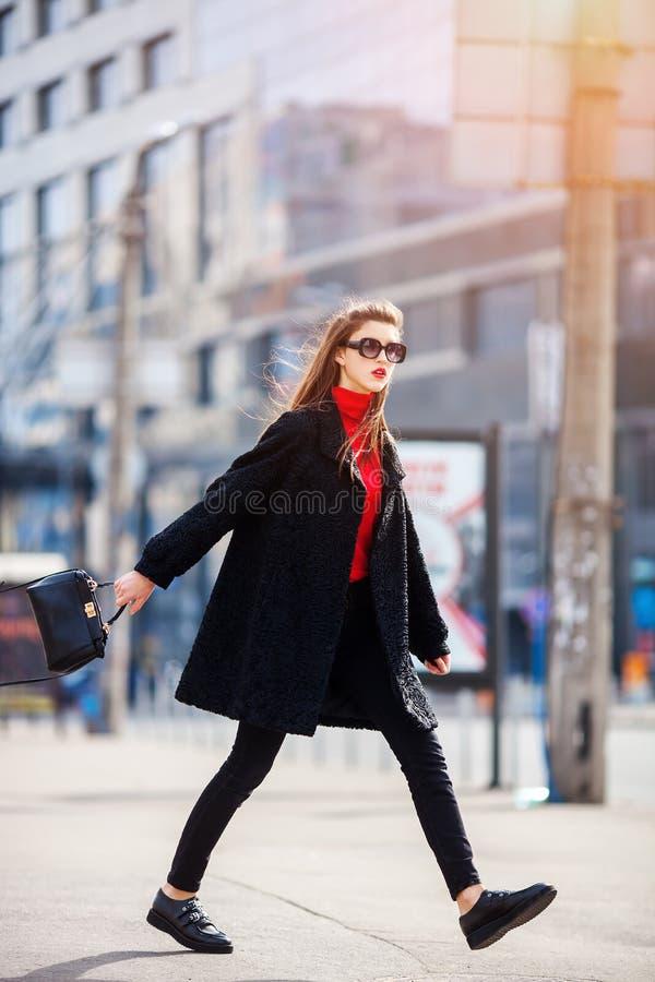 Ung stilfull härlig kvinna som går på stadsgatan på solnedgången, begrepp för mode för Europa semestergata arkivfoton
