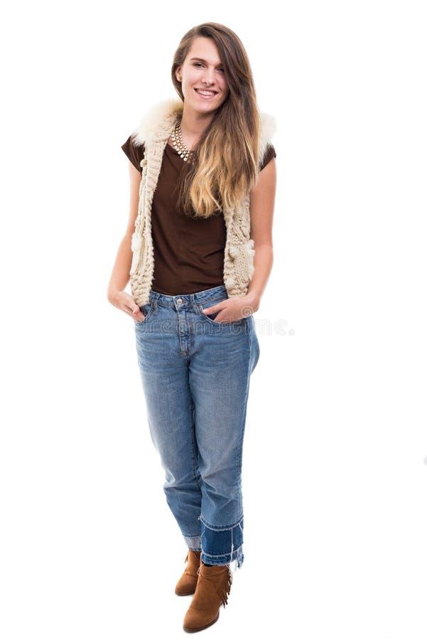 Ung stilfull hipsterflicka som bär modern kläder arkivfoto