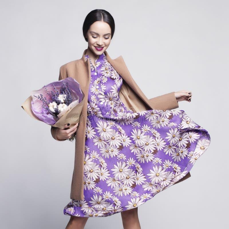 Ung stilfull kvinna med buketten av lavendel royaltyfria foton