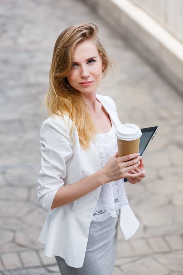 Ung stilfull kvinna som dricker kaffe arkivbild