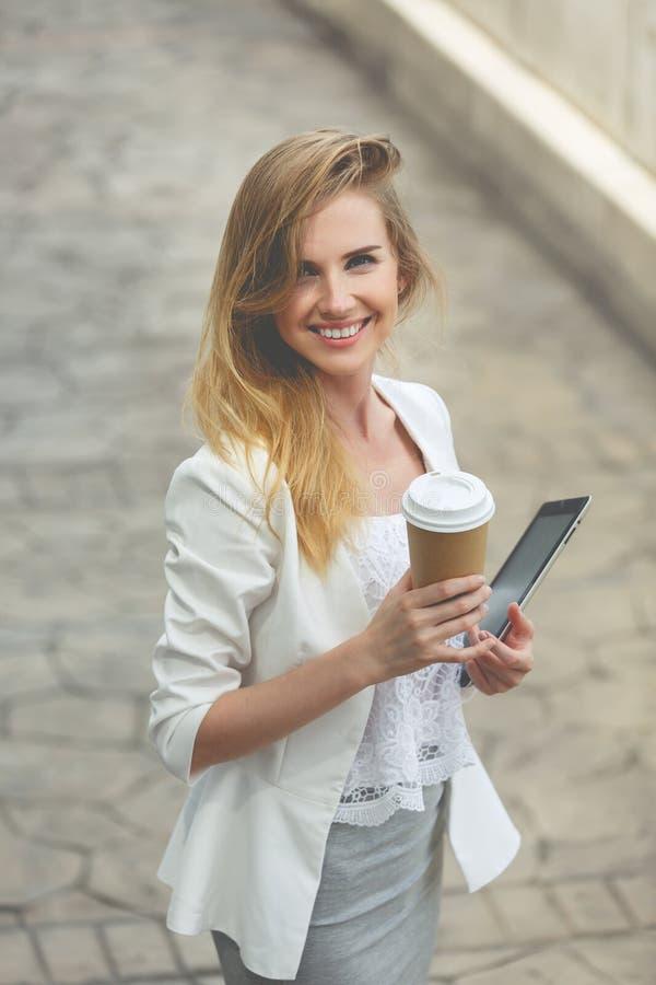Ung stilfull kvinna som dricker kaffe arkivbilder