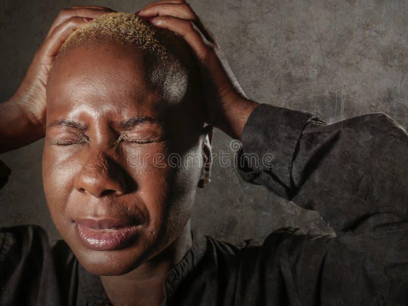 Ung stilfull ledsen och deprimerad afro amerikansk svart kvinnagråt i hållande huvud för förtvivlan med händer som känner sig bed arkivfoto