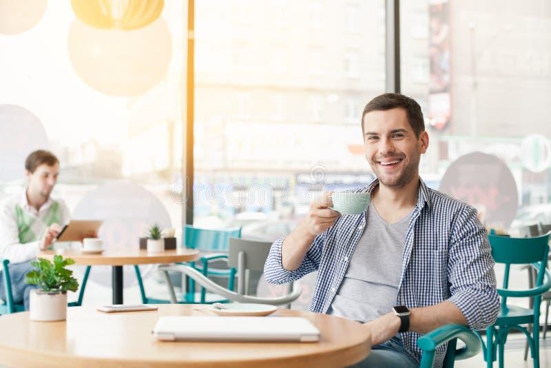 Ung stilfull man i kafé royaltyfri foto