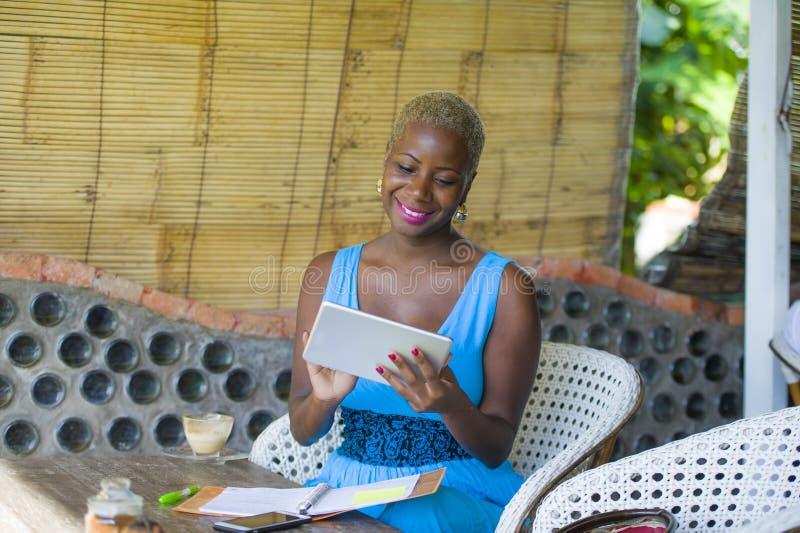 Ung stilfull och elegant svart afrikansk amerikanaffärskvinna fotografering för bildbyråer