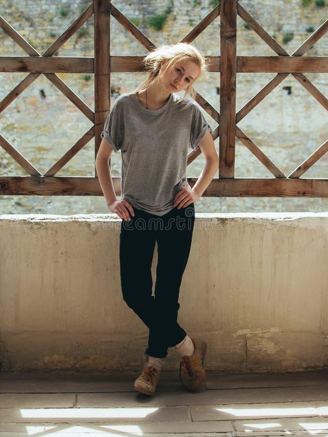 Ung stilfull romantisk härlig blondin fotografering för bildbyråer