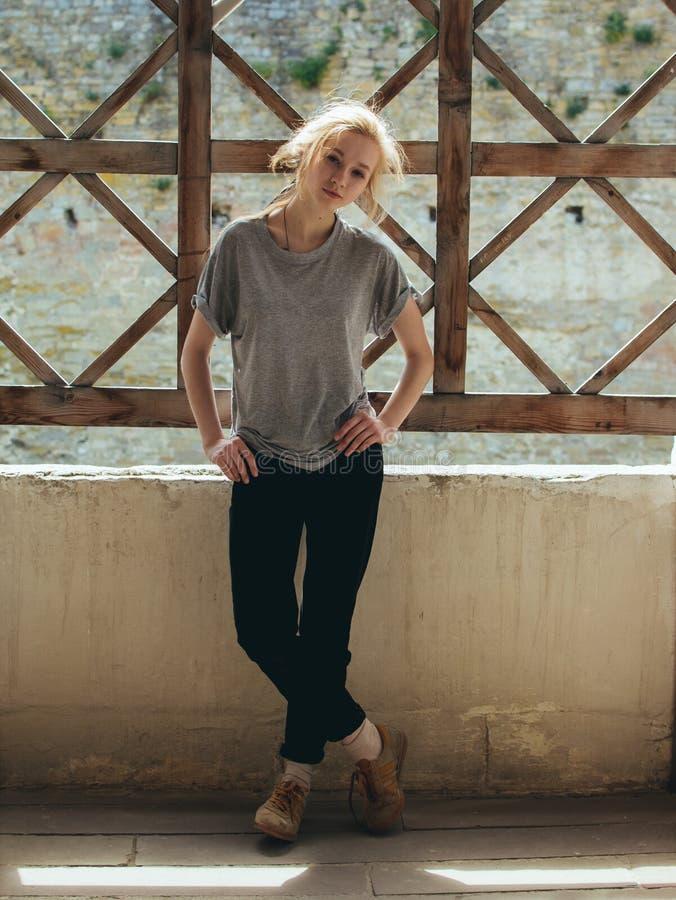 Ung stilfull romantisk härlig blondin arkivbilder