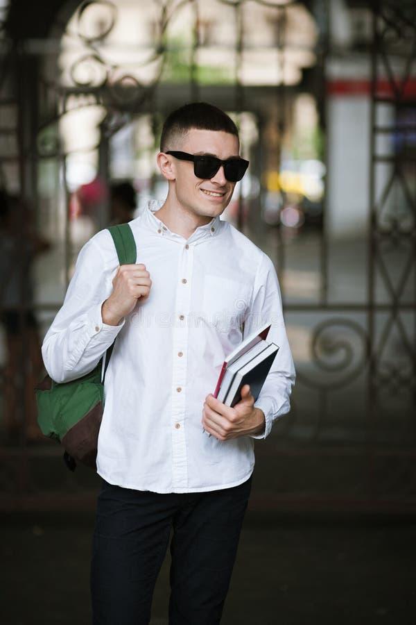 Ung stilfull student utomhus modern ungdom royaltyfri foto