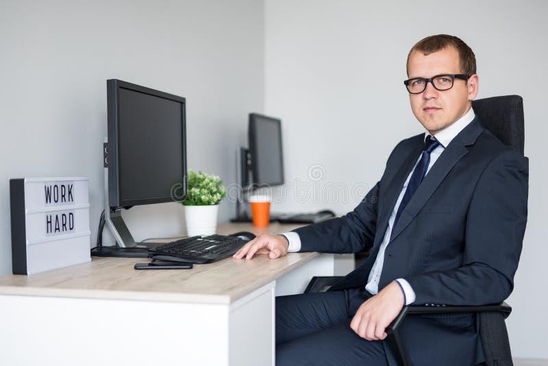 Ung stilig affärsman i modernt kontor royaltyfria bilder