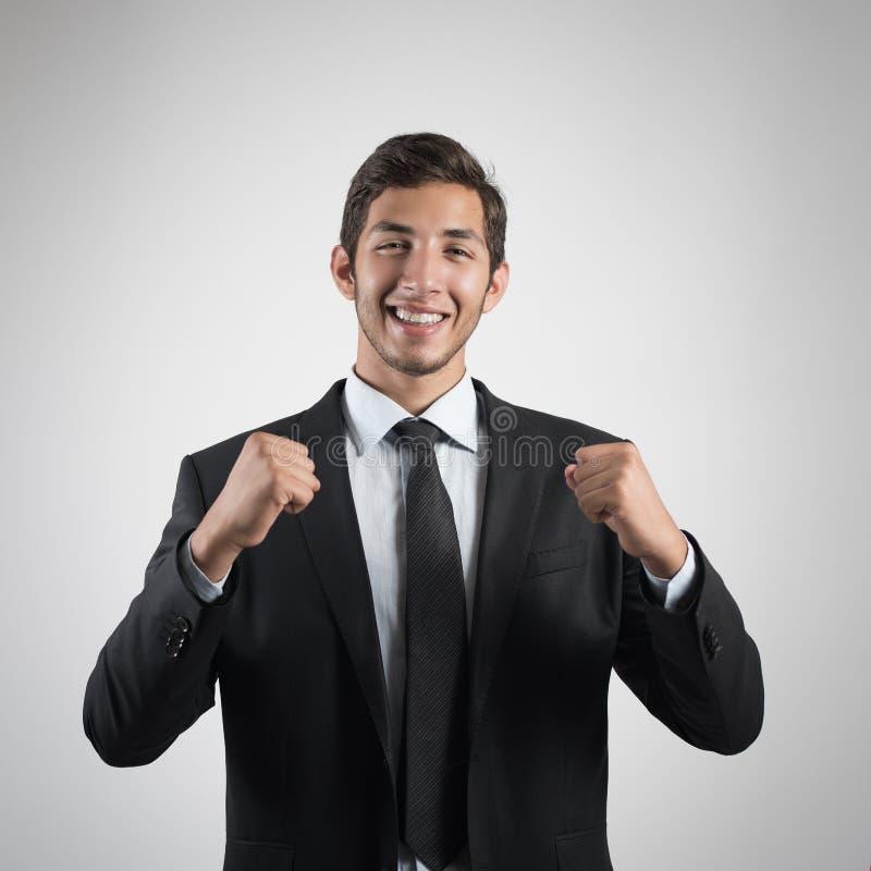 Ung stilig affärsman i svart dräkt som ler på vit bakgrund barn för stående för affärsman arkivbilder