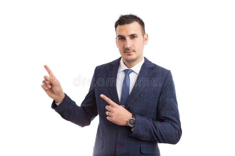 Ung stilig affärsman som pekar med pekfingrar arkivbild