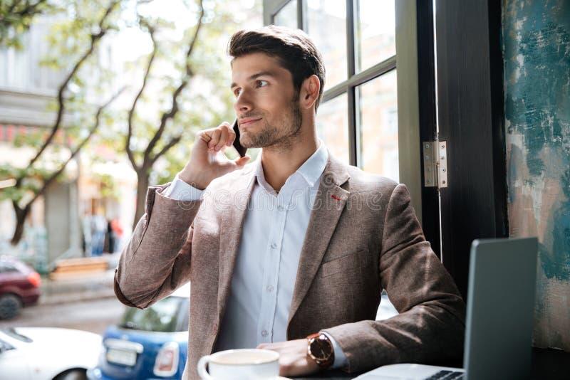 Ung stilig affärsmandanandepåringning i kafé arkivfoton