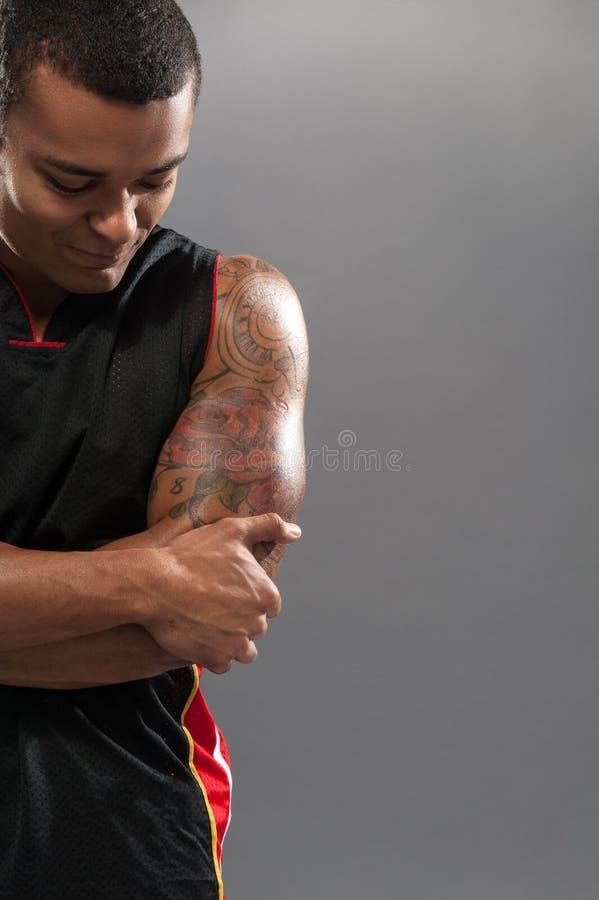 Ung stilig afrikansk känsla för basketspelare arkivfoto