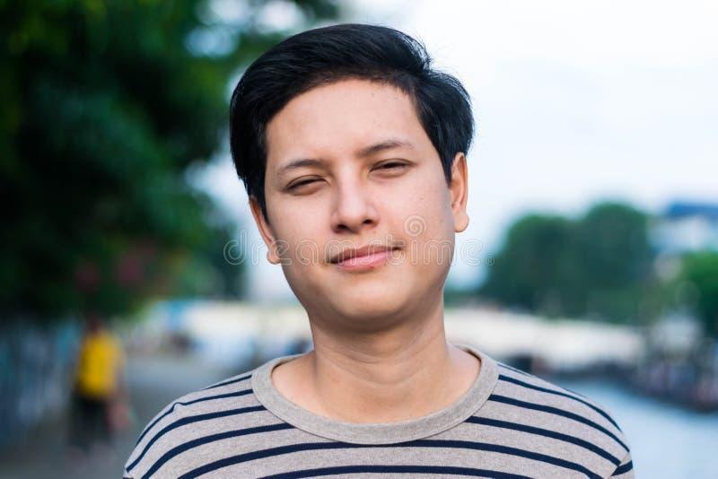 Ung stilig asiatisk man fotografering för bildbyråer
