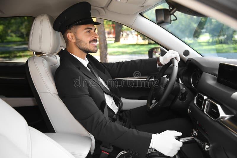 Ung stilig chaufför i lyxig bil arkivbilder