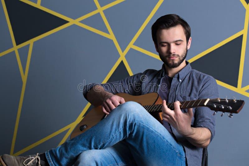 Ung stilig grabb med gitarren royaltyfria bilder