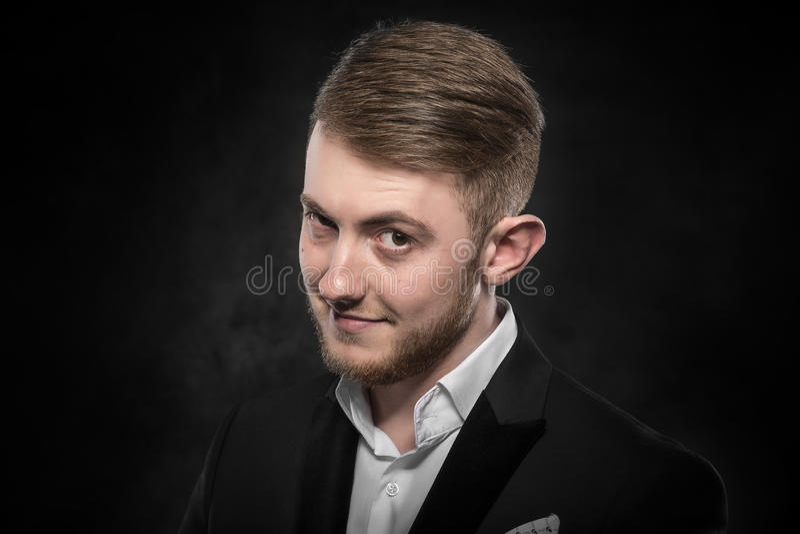 Ung stilig le man i svart dräkt royaltyfri foto