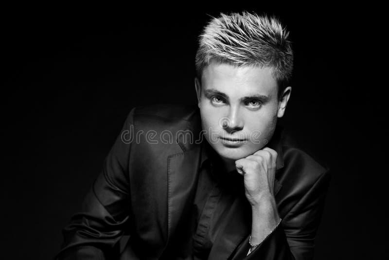 Ung stilig man för mode. Svartvitt foto. Studioportra royaltyfri bild