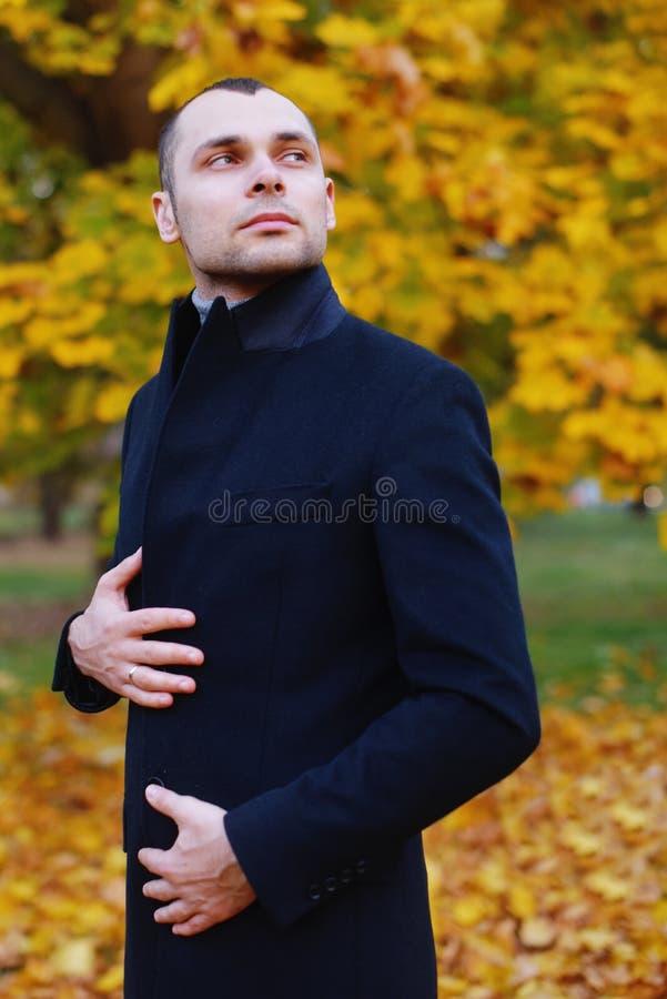 Ung stilig man i lag Innegrejbrunnen klädde mannen som poserar i stilfullt lag Säker och fokuserad pojke som är utomhus- på höste royaltyfri foto
