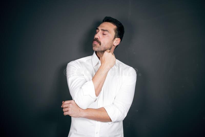 Ung stilig man med skägg- och mustaschstudioståenden royaltyfri foto