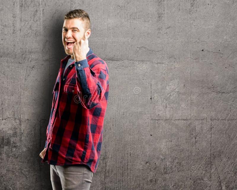 Ung stilig man som isoleras över väggbakgrund fotografering för bildbyråer