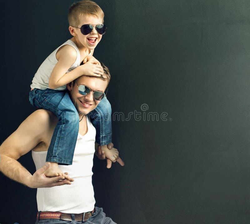 Ung stilig man som poserar med hans son royaltyfri bild