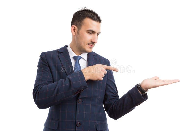 Ung stilig representant eller affärsman som pekar till ett alternativ arkivbild