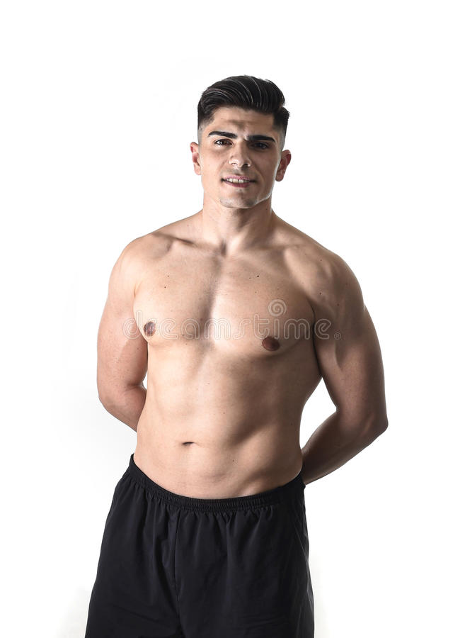 Ung stilig sportman som poserar med den starka rev sönder nakna torson som ser kall, och lyckligt som isoleras på vit arkivfoton