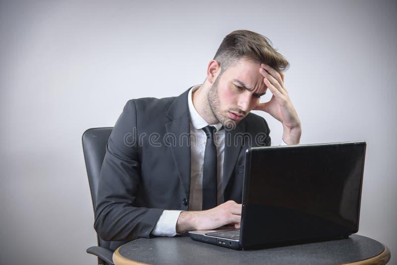 Ung stressad affärsman royaltyfri fotografi