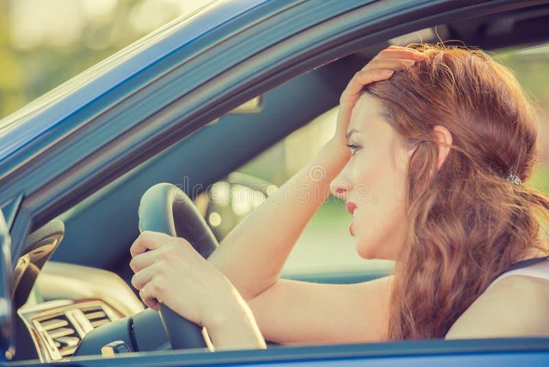 Ung stressad ilsken skitförbannad kvinna som kör den förargade bilen arkivbild