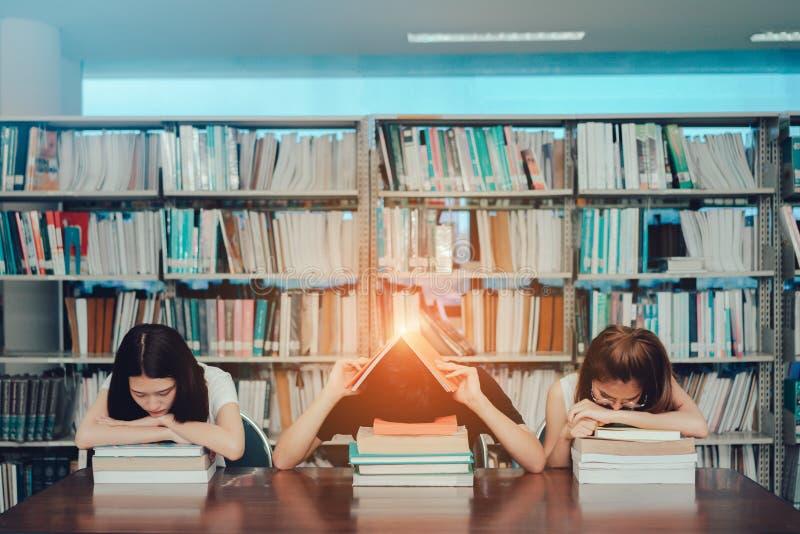 Ung student allvarliga Group Reading Book, arkivfoto