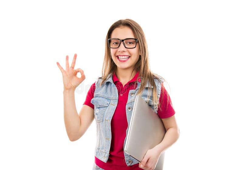 Ung student med bärbara datorn som visar reko gest royaltyfria foton