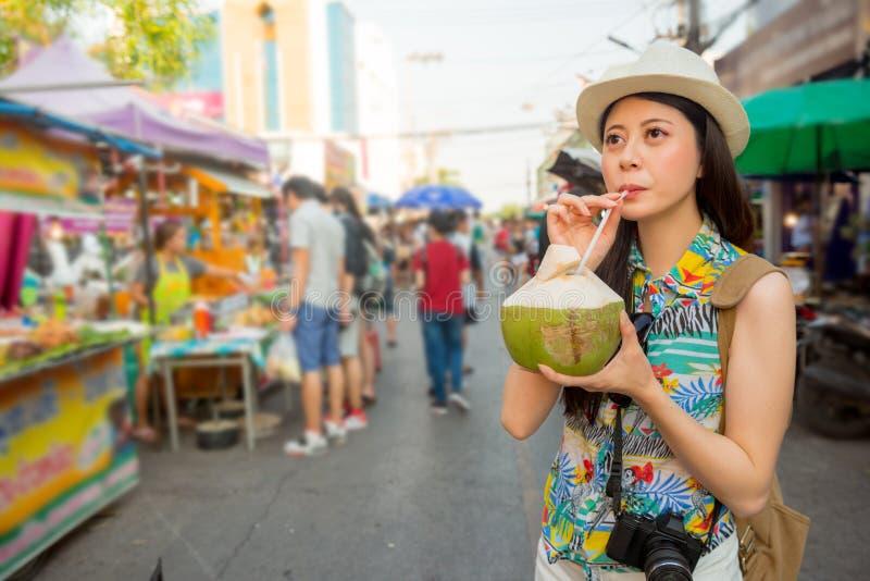 Ung student som dricker nytt kokosnötvatten arkivfoton