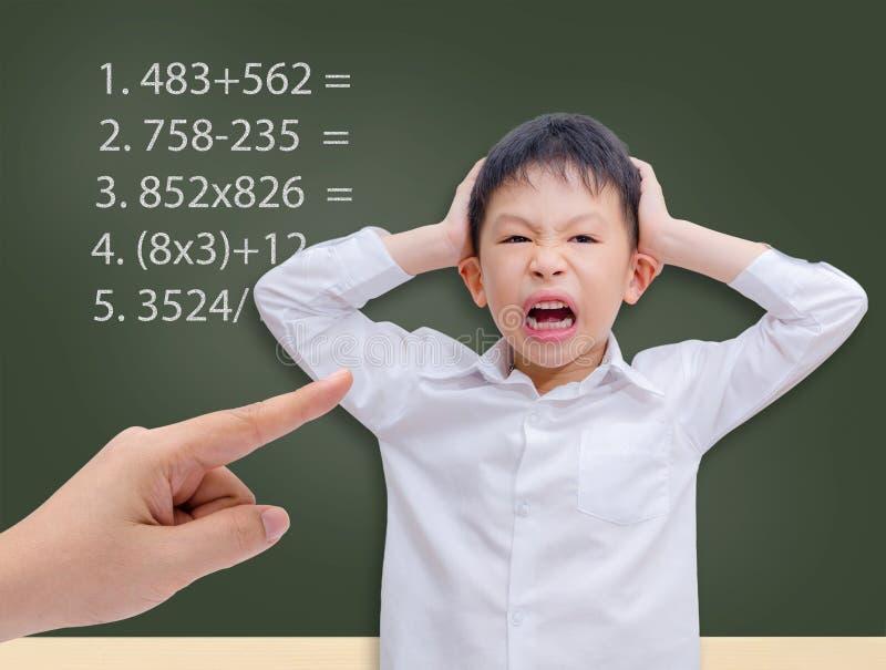 Ung student som får galen med matematikberäkning arkivfoton