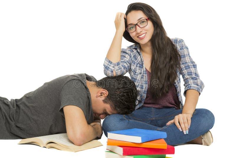 Ung student som omges av böcker royaltyfri bild