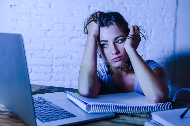 Ung studentflicka som studerar trötta hemmastadda den prepar bärbar datordatoren royaltyfria bilder