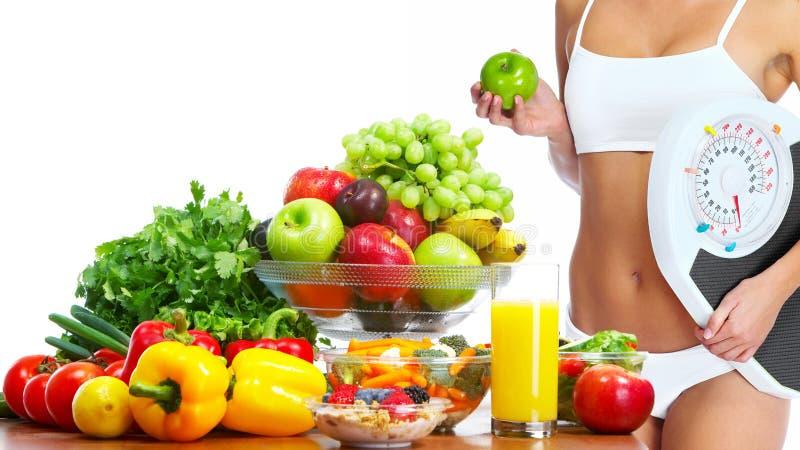 Ung sund kvinna med frukter. royaltyfria bilder