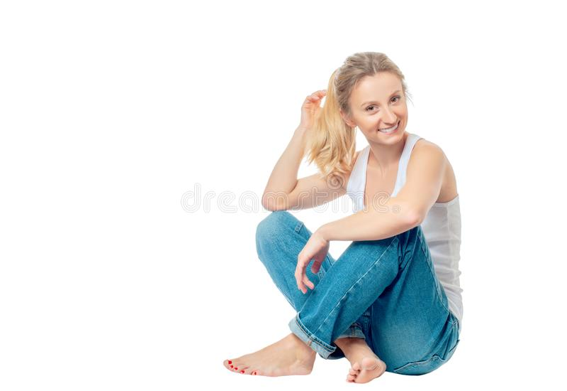 Ung sund kvinna som gör yogaövningar som isoleras på vit baksida arkivbilder