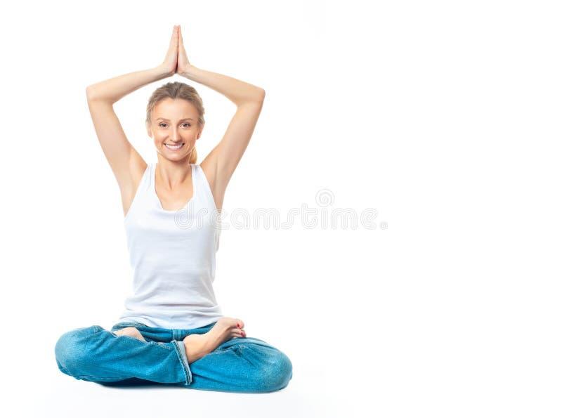 Ung sund kvinna som gör yogaövningar som isoleras på vit baksida royaltyfri foto