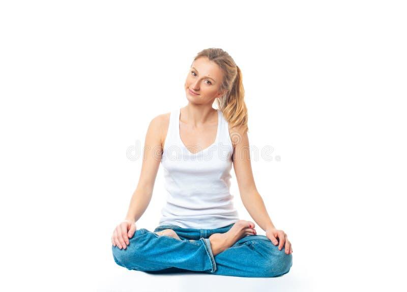 Ung sund kvinna som gör yogaövningar som isoleras på vit baksida arkivfoto