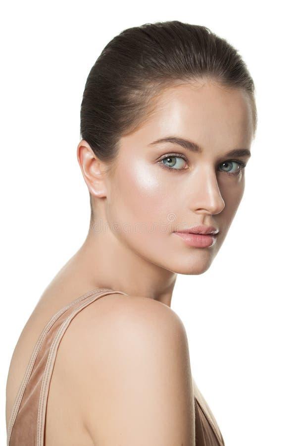 Ung sund modellkvinna med klar hud som isoleras på vit royaltyfri bild