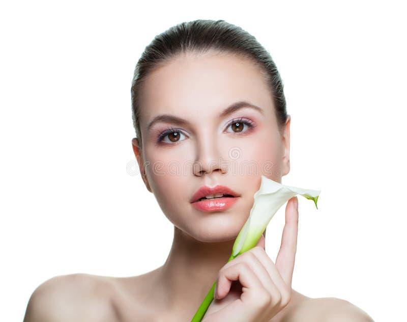 Ung sund stående för kvinnabrunnsortmodell Isolerad härlig kvinnlig framsida arkivfoton