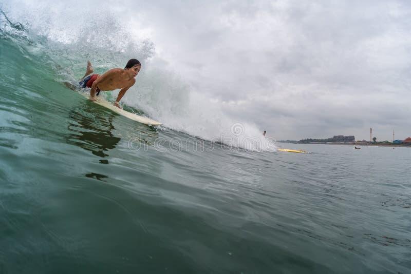 Ung surfare arkivfoto