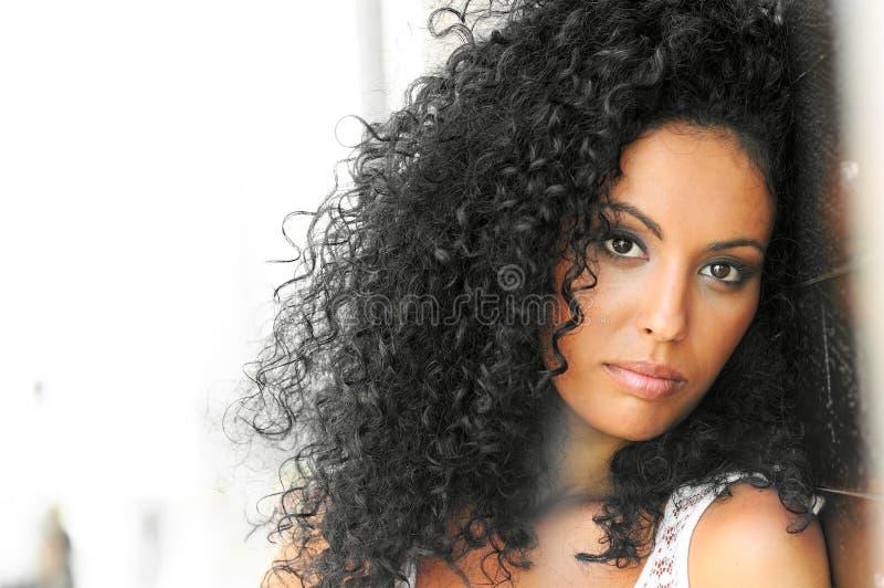 Ung svart kvinna, afro frisyr royaltyfri bild