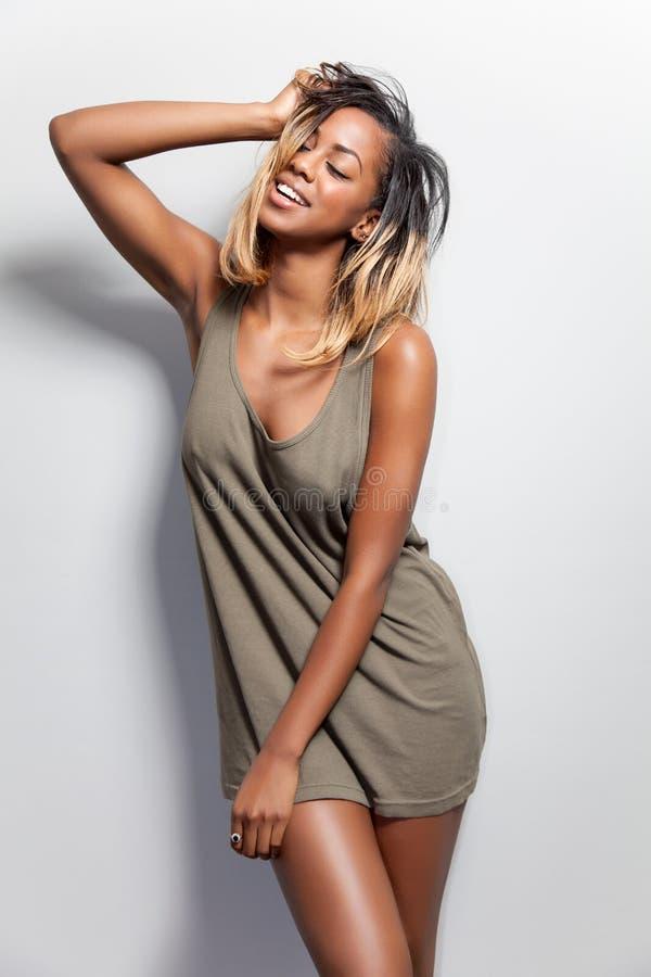 Ung svart kvinna i en tanktop royaltyfri foto