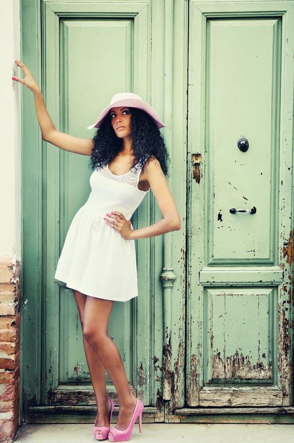 Ung svart kvinna, modell av mode fotografering för bildbyråer