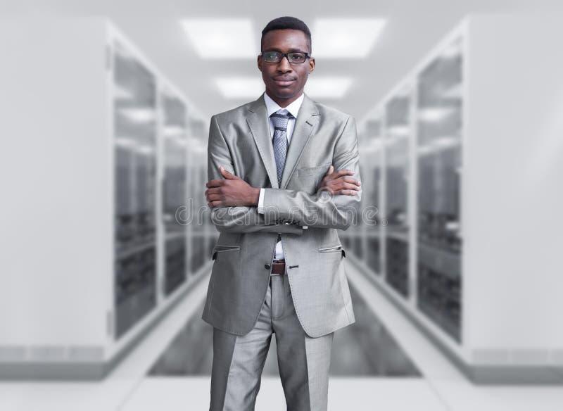Ung svart man i serverrum royaltyfri foto