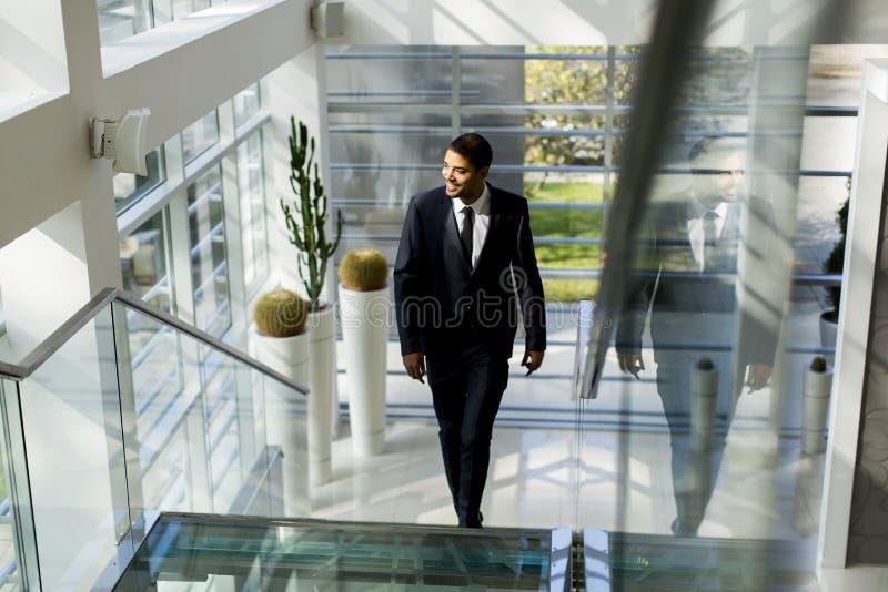 Ung svart man på trappan royaltyfria bilder