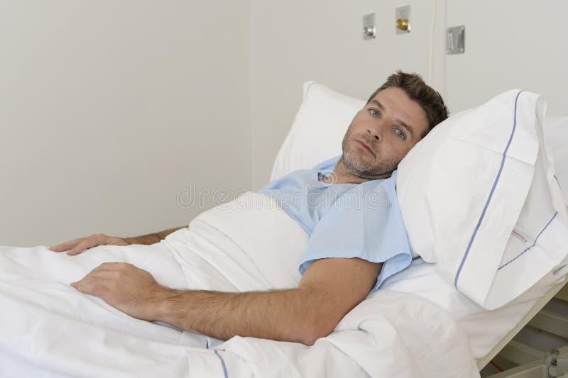 Ung tålmodig man som ligger på sjukhussäng som vilar tröttat se ledset och deprimerat bekymrat royaltyfria bilder