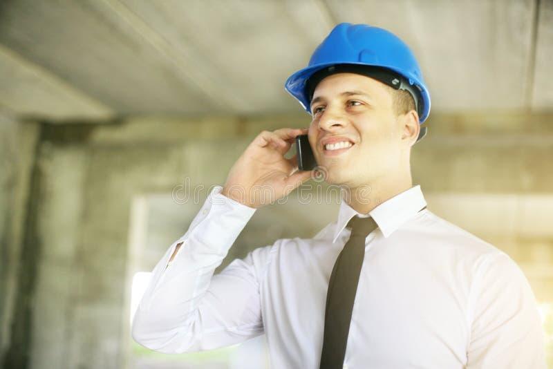 Ung talande telefon för affärsman isolerade den täta hörlurarbilden för black slapp övre white för mikrofonblock royaltyfri fotografi